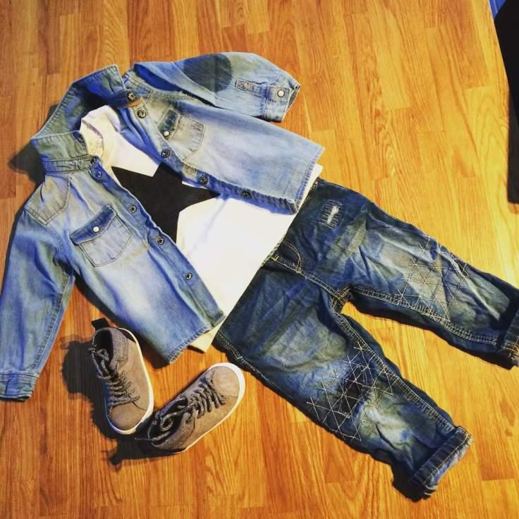Chemise en jean H&M, t-shirt, jean et baskets Zara